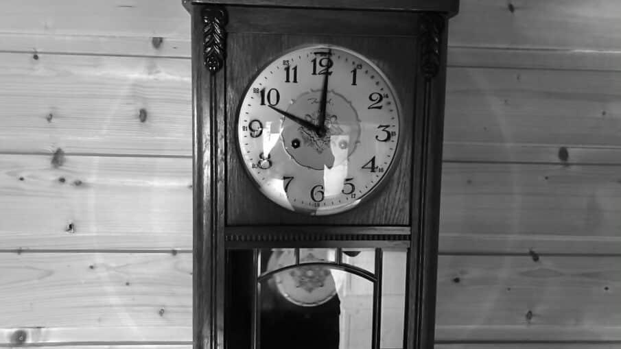 Klokken går igjen etter så mange år. Den er vel ingen sjelden kunst akkurat denne klokken her. Den finnes det vel på de fleste gårder i gamlelandet.